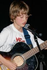 leerling met gitaar en microfoon
