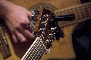 kop van akoestische gitaar tijdens gitaarles